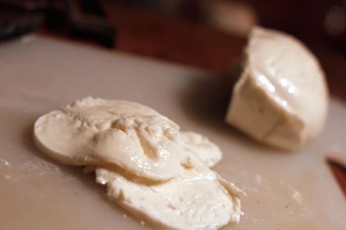Bøffelmozzarella skæres i skiver