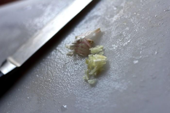 Et par friske små fed hvidløg hakkes groft