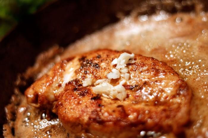 Fladbanket kyllingebryst steges i krydderblandingen og hakket hvidløg tilsættes til sidst