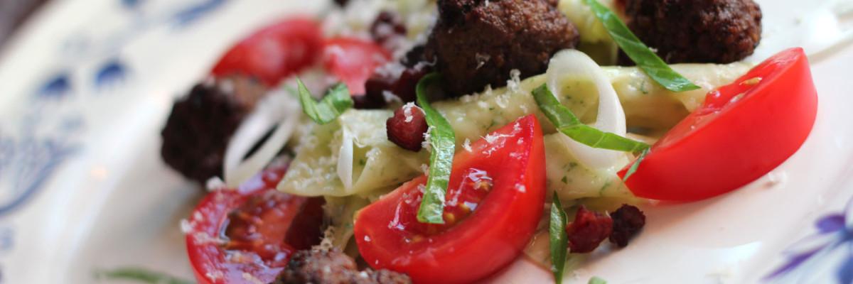 Garganelli pasta med stærke kødboller, bacon, tomat, basilikum og forårsløg