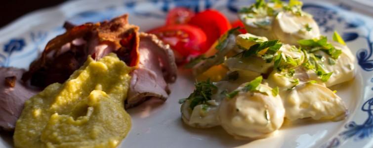 Grilstegt svinemørbrad med kold kartoffelsalat og majs sauce