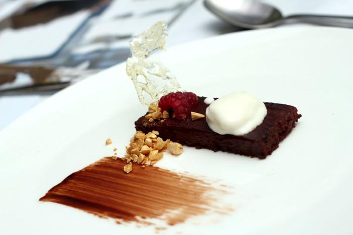 Den spanske dessert. Chokolade og hindbærkage med yoghurt og cintronmellisse is