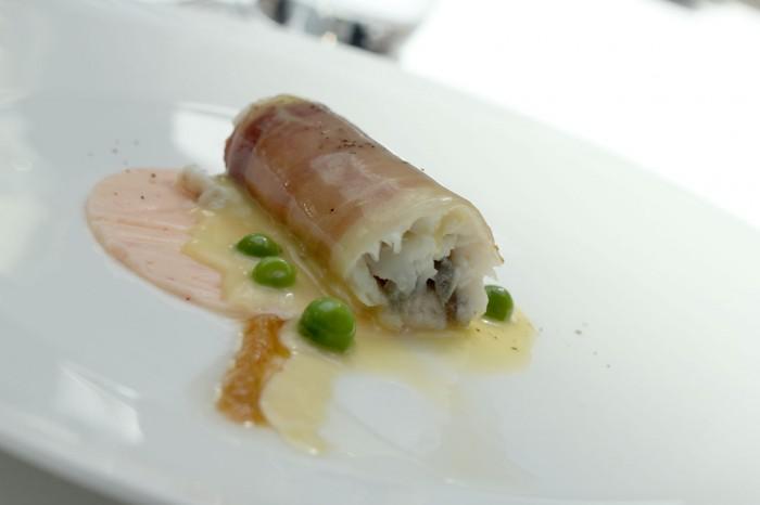 Den spanske forret Rødtunge med karameliserede løg, rullet i bacon og skinkestøv - reje carpaccio