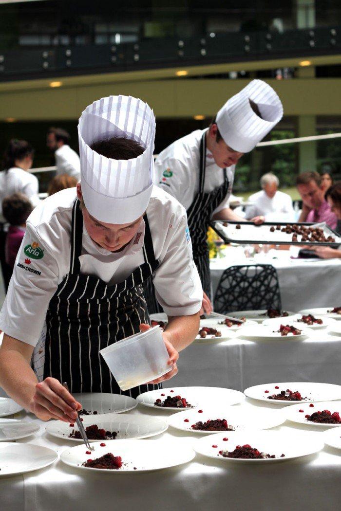 Det engelske hold igang med de sidste elementer af deres dessert