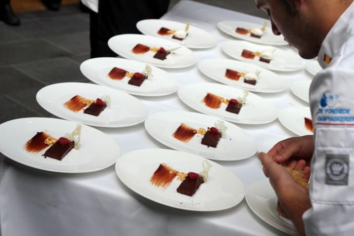 Det sidste element sættes på den spanske dessert