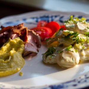 <b>Grillstegt svinemørbrad med kold kartoffelsalat og majs sauce</b>