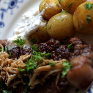 <b>Højrebsbøf med enoki svampe, nye kartofler og stærk rygeostecreme</b>