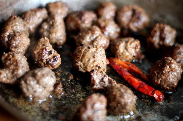 Kødbollerne steges med et par tørrede chili