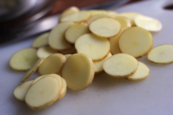 Rå kartofler i skiver parat til at blive kogt