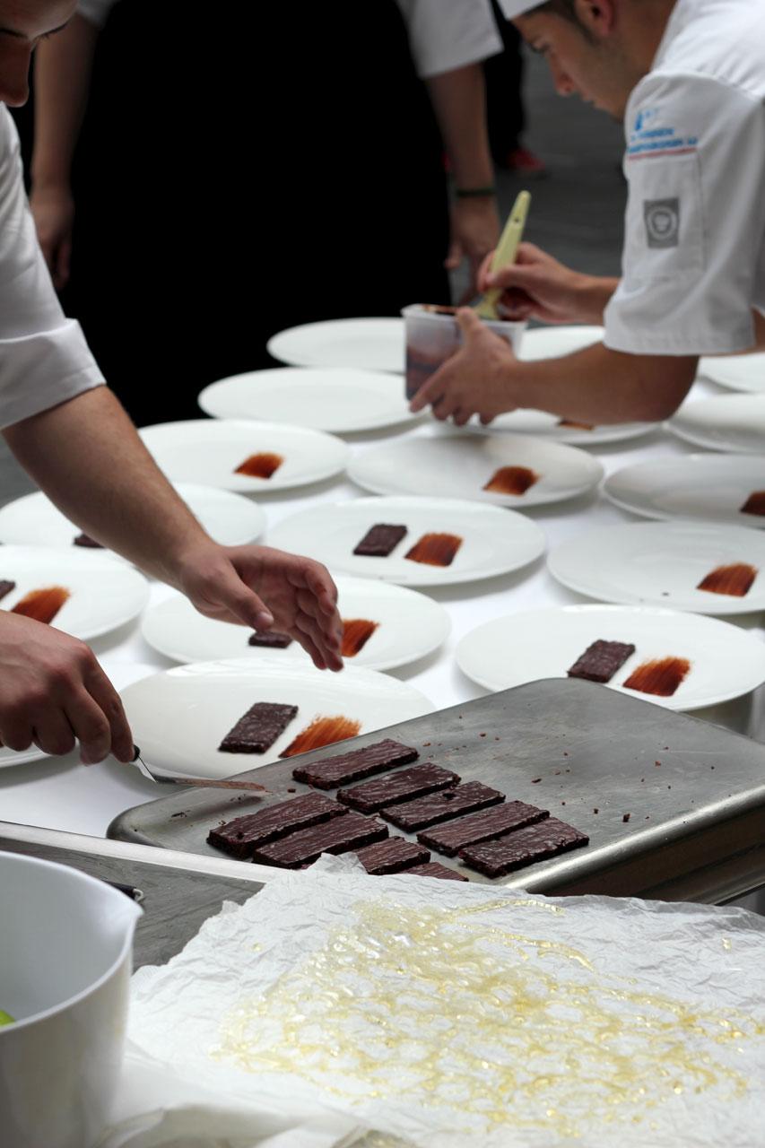 Travlhed på det spanske hold under anretning af desserten