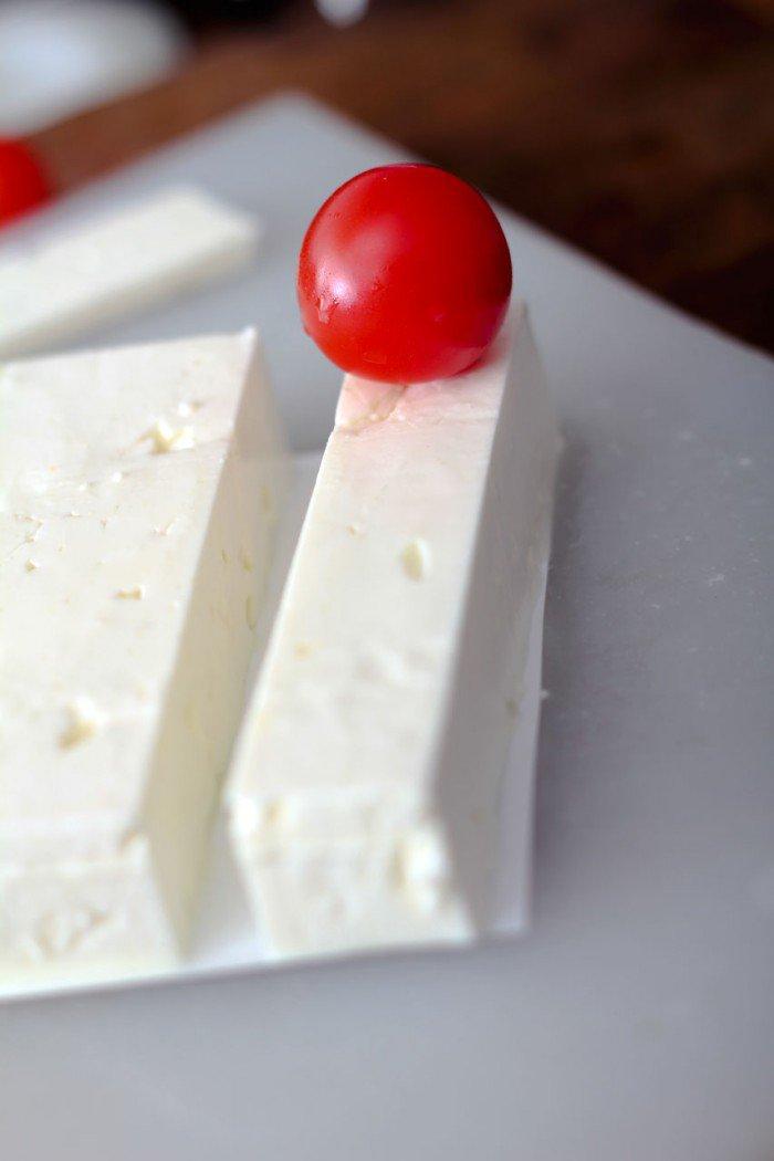 Først skær fetaen ud på den lange led så den passer til en cherry tomat