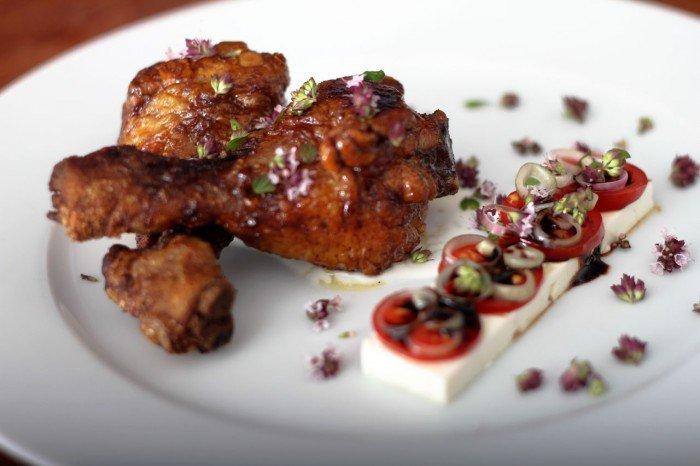 Honning kyllingelår med tomatsalat og oregano yoghurt