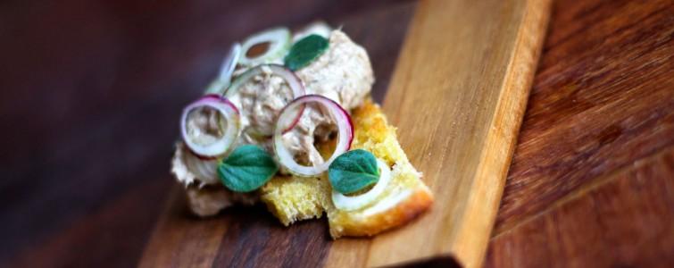 Sardinsalat med topløg og spicy origano