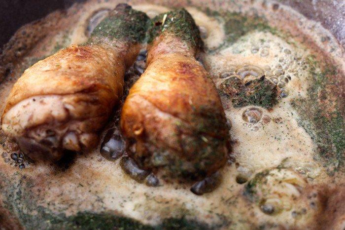 Steg kyllingelår i meget smør med fennikel og let knust hvidløg
