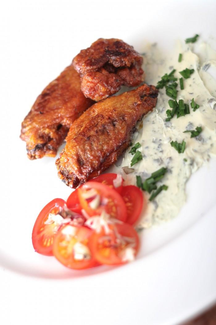 Buffalo wings med Saint agur (blå skimmel) og lille tomatsalat