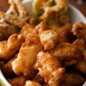 <b>Få mest ud af en frisk kylling - Afsnit 5, Friturestegt marineret kylling med squashblomst og gomash...</b>