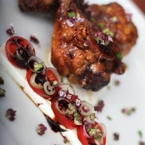 <b>Få mest ud af en frisk kylling – Afsnit 7, Honning kyllingelår med tomatsalat og oregano yoghurt</b>