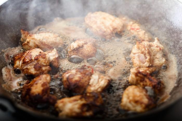Kødet tages op af marinanden, dyppes af. Derefter steges de på panden