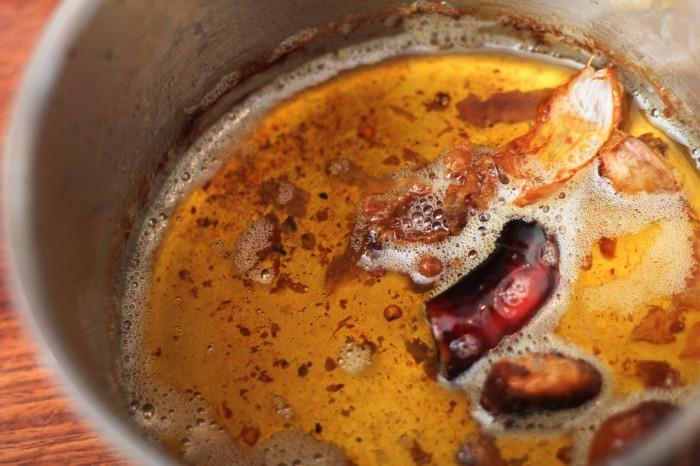 Kyllingeskindet og inderfileten blev confiteret i eget fedt med lidt frisk chili og et par letknuste hvidløg