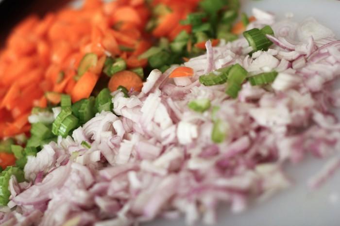 Mirepoix. fint hakket løg, bladselleri og gulerødder