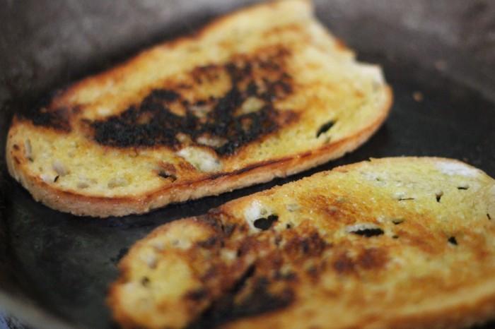 Rist brødet. Det gør ikke noget det ikke er ensartet stegt eller ristet