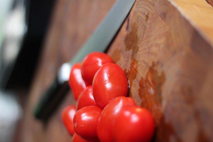 Snit et lille kryds i toppen af tomaterne