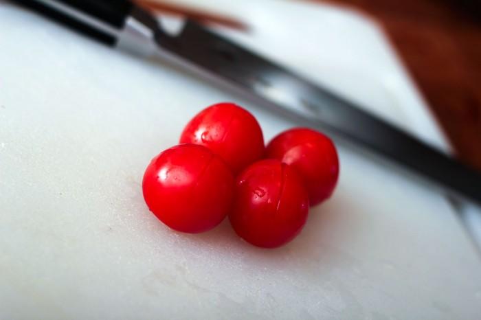 Tomater skæres med et hurtigt kryds i toppen