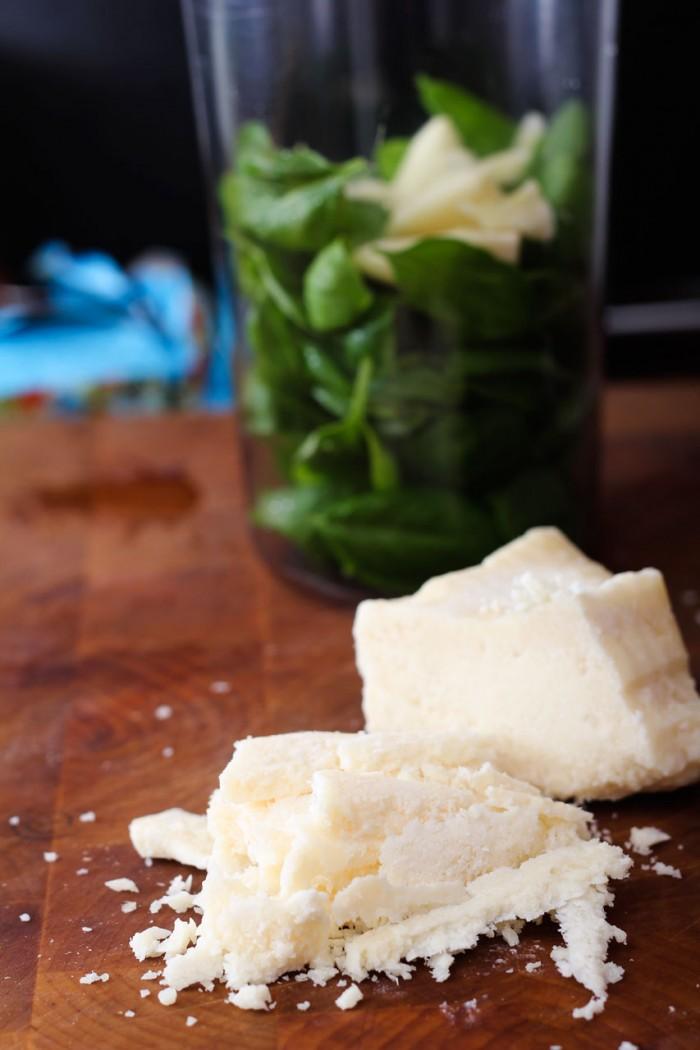 Parmesanen skæres tyndt ud eller rives