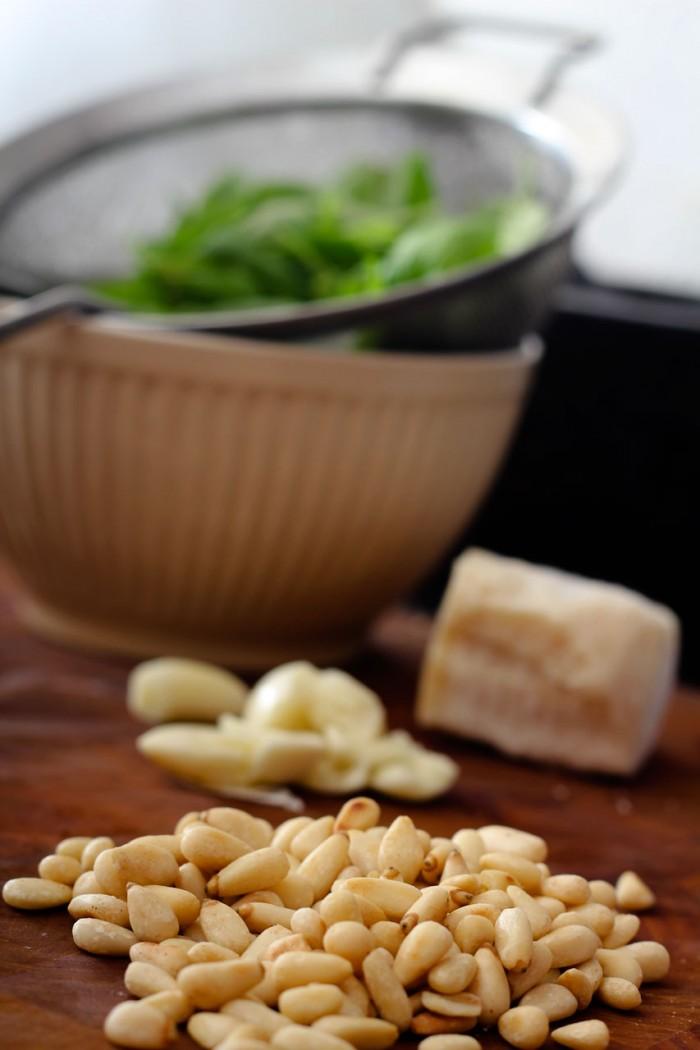 Ristede pinjekerner, hvidløg, basilikum og parmesan