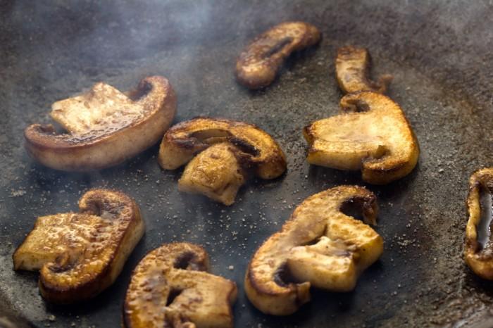 De skiveskårne svampe steges på varm pande i små portioner