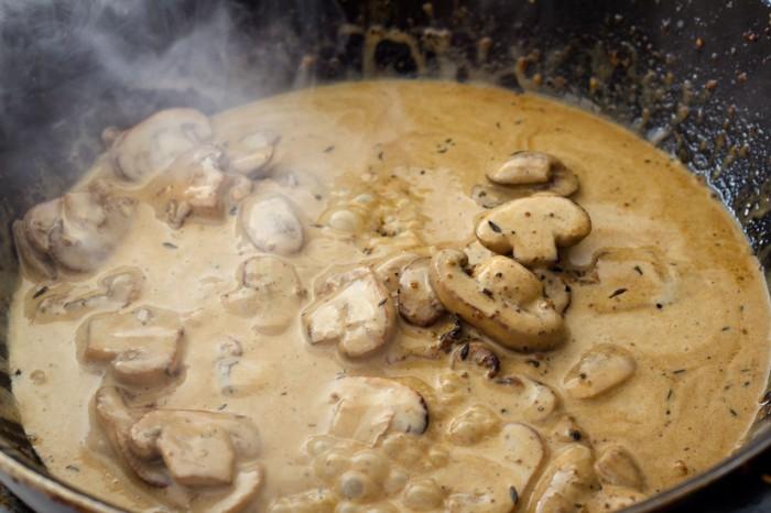 Den siede sauce med champignonerne hældes tilbage på panden
