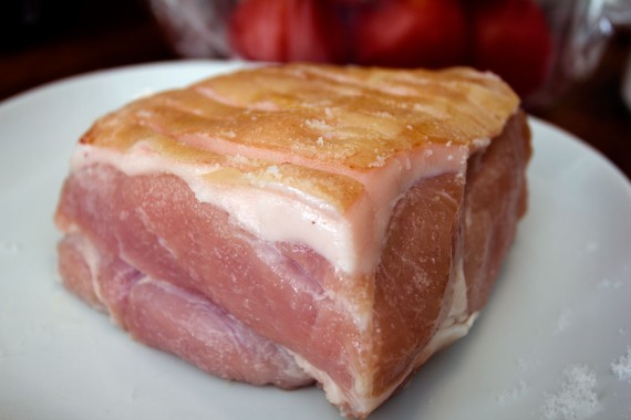Et styk grissebasse til en svømmetur i smør