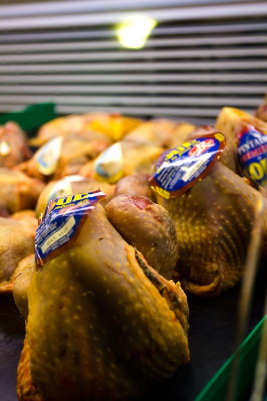 Friske kyllinger hos KaDeWe i fjerkræ disken