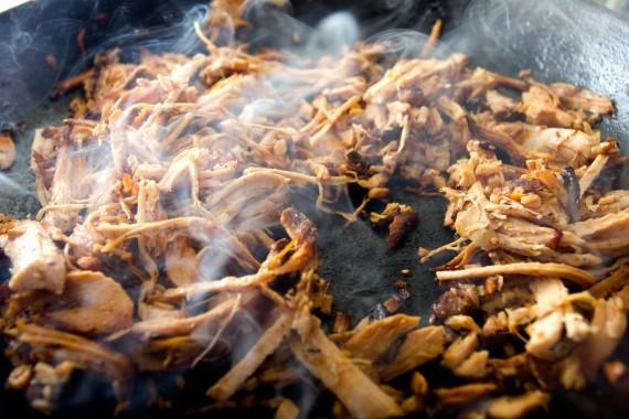 Kødet varmes på panden