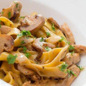 <b>Pasta med champignonsauce og timianstegt kylling</b>