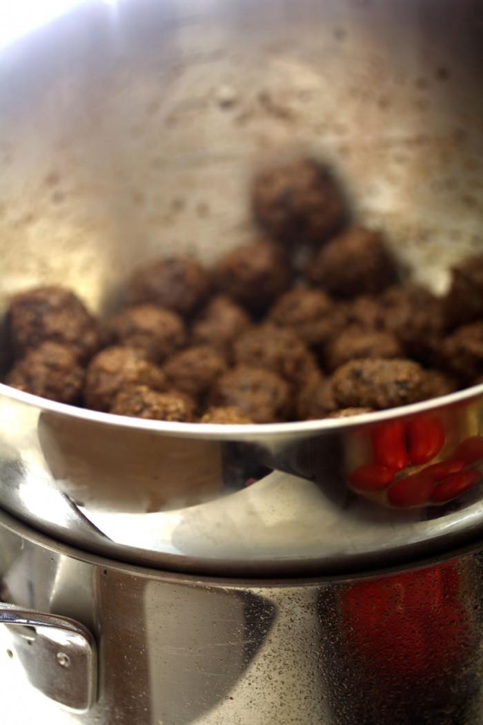 Jeg hold kødbollerne varme i en skål over vandet til pasten. Smart synes jeg selv