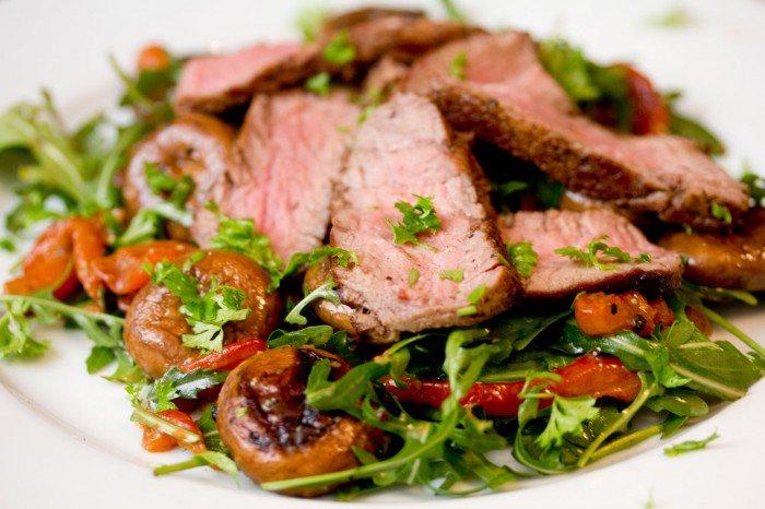 Oksemørbrad med salat af ruccola, peberfrugt og stegte champignoner