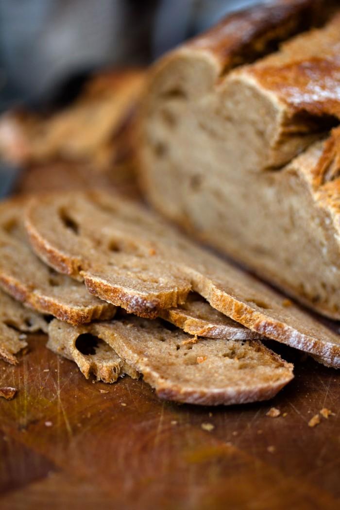 Brød skæres i tynde skiver