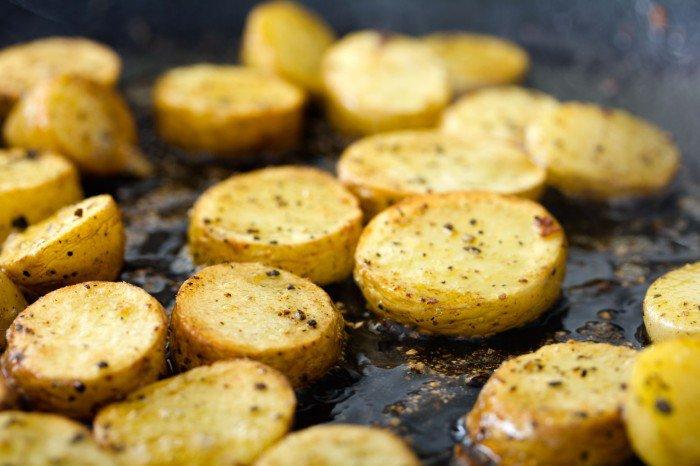 De kogte kartofler steges meget let i fedte fra bacon og chorizoen