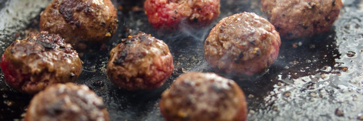 Kødbollerne steges godt brune, men skal ikke gennemsteges.