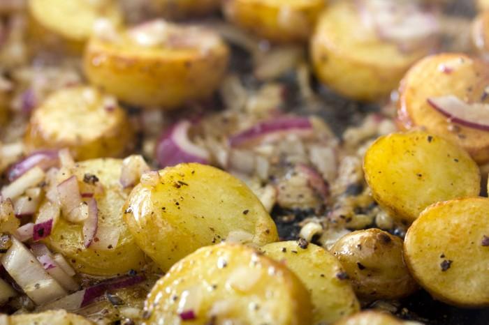 Når kartoflerne lige har fået lidt farve tilsættes rødløget