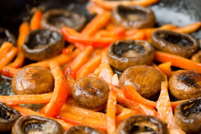 Peberfrugten skåret i skiver blandet med champignonerne, smør og en smule finthakket hvidløg