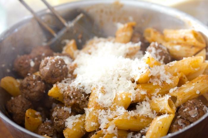 Riv lidt parmesan og rør rundt
