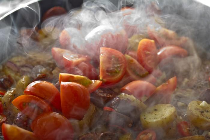 Tomaterne hældes ved når hvidvinen er kogt lidt ned