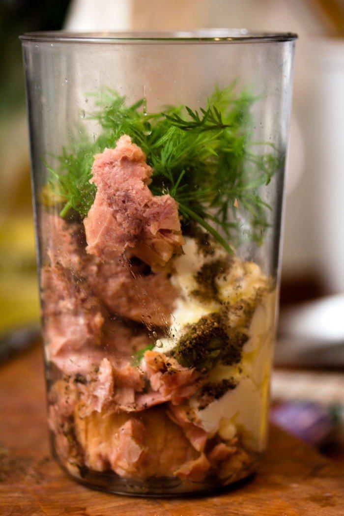 Tun, mayo, peber, dild og mayonaise parat til at blive blendet
