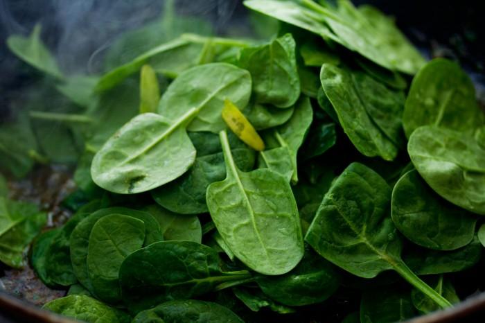 På med de vaskede spinatblade