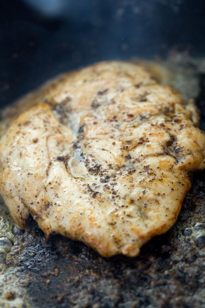 Vend kyllingebrystet og drys peber på den anden side
