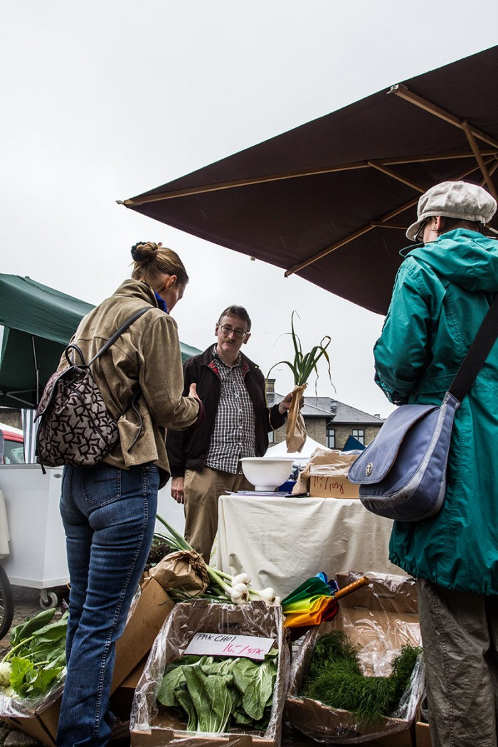 Mogens Bisgaard fra bloggen madkultur.dk sælger grøntsager på bondens marked