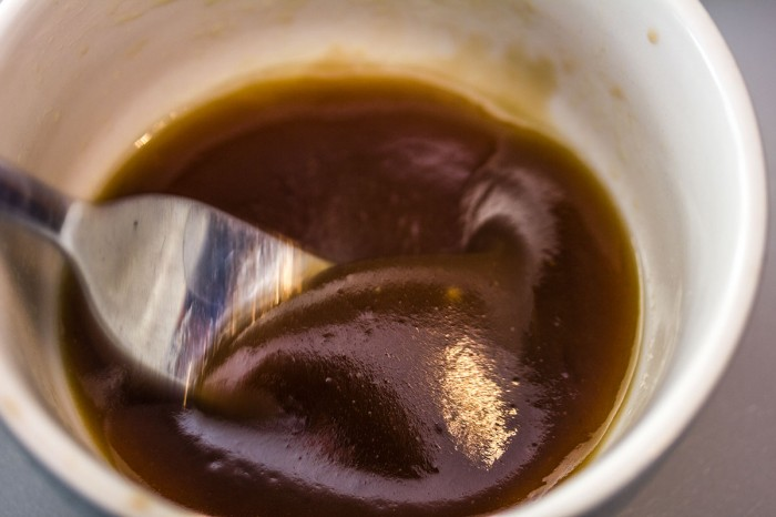 Pisk eller rør vinaigrette intil bliver emulgeret (tyk i det)