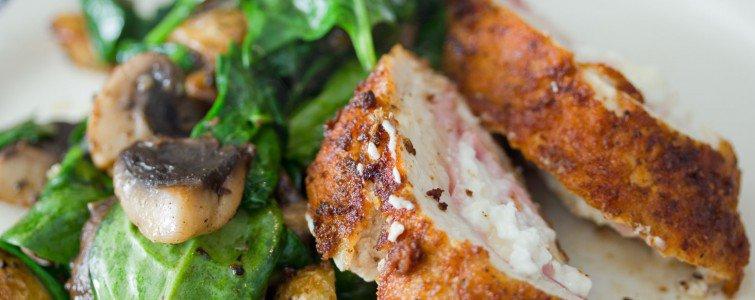 Kyllinge Gordon bleu med varm spinat og champignon salat
